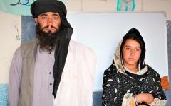 الصورة: أفغاني يسافر 12 كيلومتراً يومياً لنقل بناته إلى المدرسة