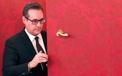 الصورة: رئيس حزب نمساوي يمارس لعبة فيديو على حساب  حزبه