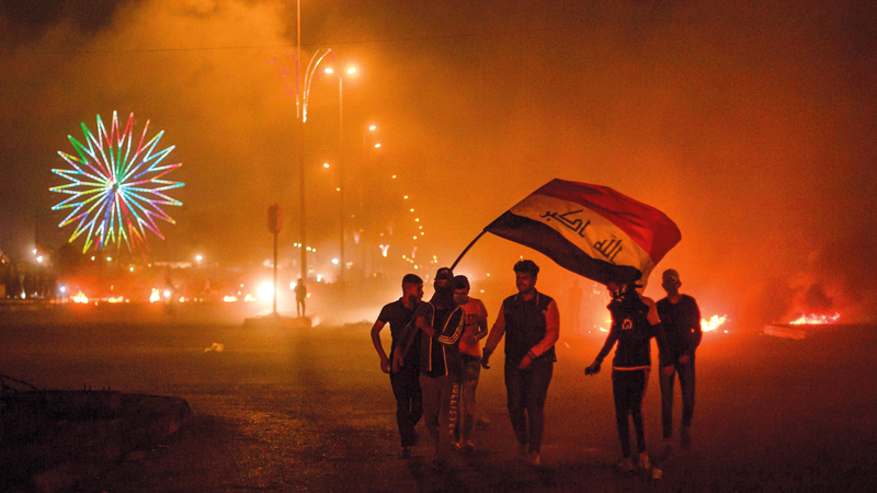 المتظاهرون أغلقوا الطرقات في البصرة وأشعلوا إطارات السيارات. أ.ف.ب