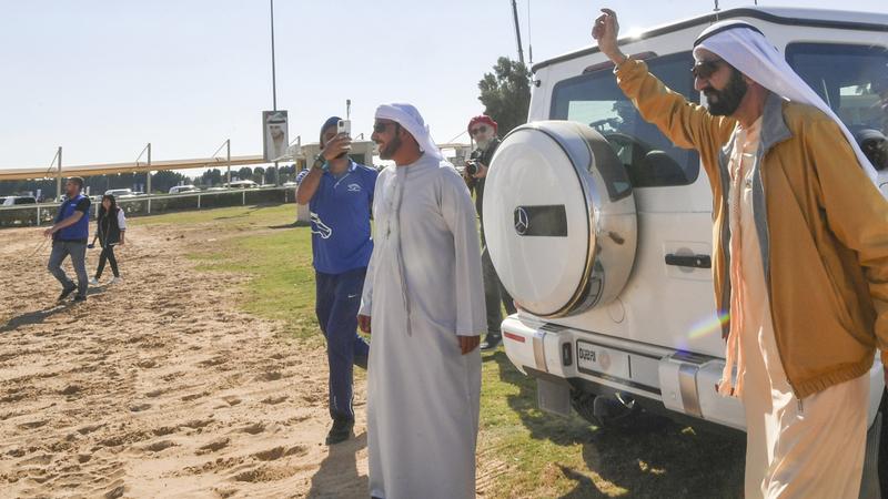 محمد بن راشد خلال متابعته أول سباقات المهرجان أمس.  تصوير: مصطفى قاسمي
