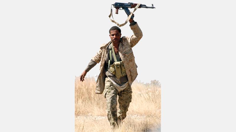 مقاتل من الشرعية اليمنية في إحدى مناطق تعز. أ.ف.ب
