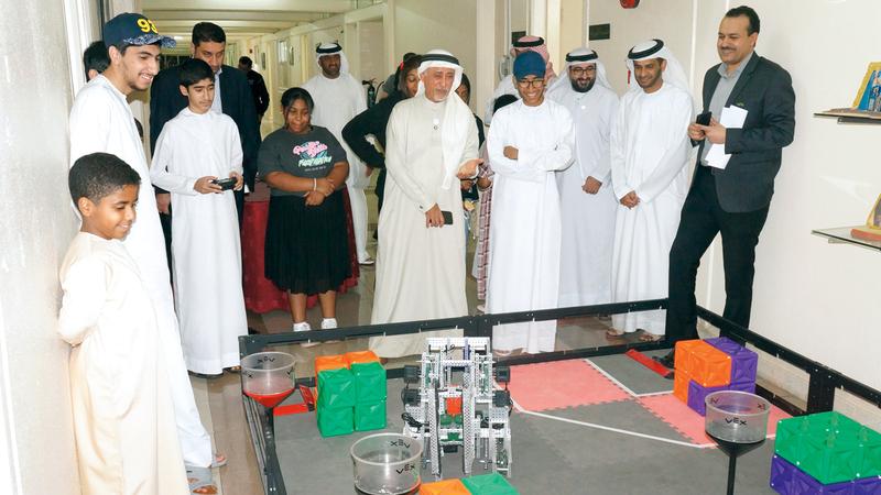 المعرض العلمي تضمن مشروعات الطلبة المنتسبين إلى الدورة. من المصدر