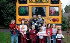 الصورة: جدٌّ يشتري حافلة مدرسية لنقل أحفاده