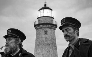 الصورة: ويليم دافو وروبرت باتنسون يضيئان ظلمات «المنارة»