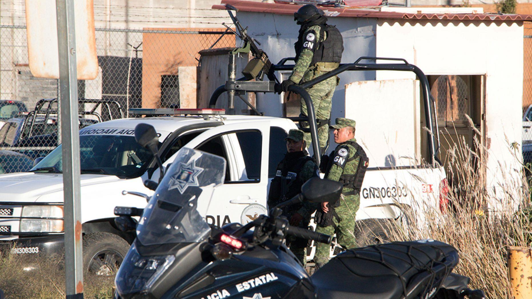 قوات الأمن خارج السجن