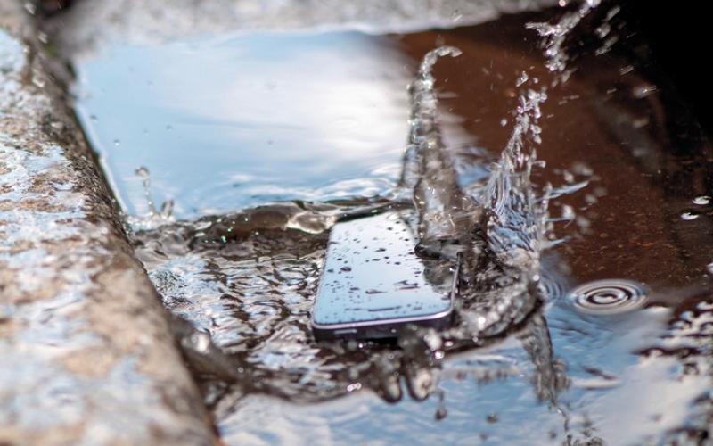 الصورة: خطوات بسيطة تنقذ الهاتف الذكي بعد التعرض للبلل