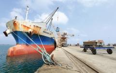 الصورة: انفجارات عنيفة في مخزن أسلحة وألغام الميليشيات تهز ميناء الصليف في الحديدة