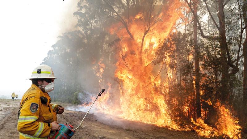 رجال الإطفاء يحاولون السيطرة على الحرائق المنتشرة. أ.ب