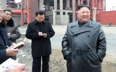 الصورة: أم في كوريا الشمـالية تواجه عقوبة السجن لإنقاذ أطفالها بـدلاً من صورة الرئيس