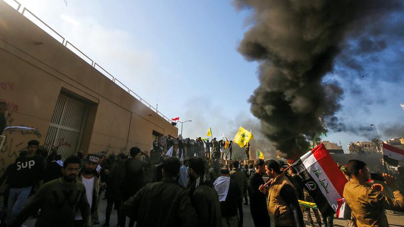 متظاهرون عراقيون يحاولون اقتحام السفارة الأميركية في بغداد. أ.ف.ب
