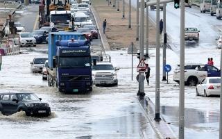 الصورة: أمطار غزيرة على الدولة.. وفرق الطوارئ تكبح الأضرار