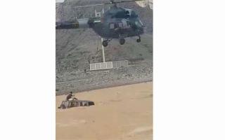 الصورة: بالفيديو.. «طيران شرطة رأس الخيمة» ينقذ مواطناً علقت مركبته في وادي البيح