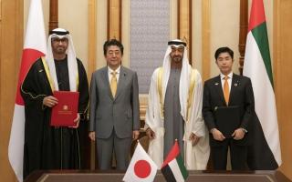 الصورة: محمد بن زايد ورئيس وزراء اليابان يشهدان توقيع اتفاقية تعاون في مجال الطاقة