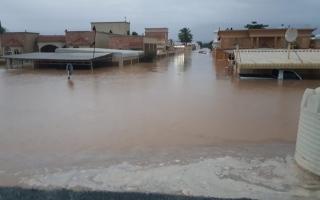 الصورة: إجلاء أسرتين في الفحلين والبدء في حصر أضرار المنازل جراء فيضان وادي نقب