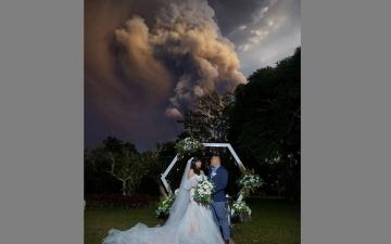 الصورة: حفل زفاف على خلفية انفجار بركاني ضخم في الفلبين