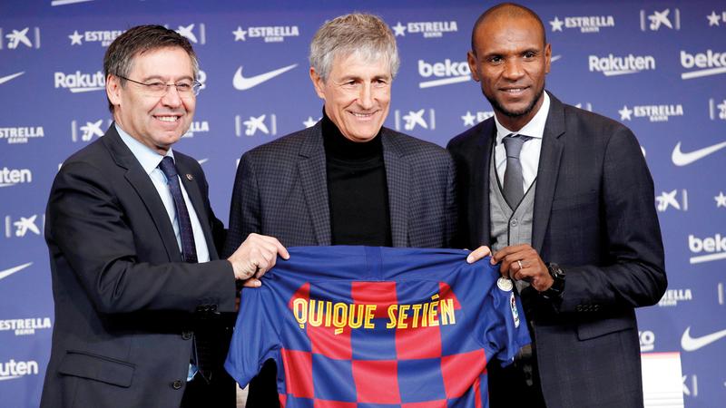 بارتوميو وأبيدال خلال تقديم المدرب الجديد سيتيان لوسائل الإعلام. رويترز