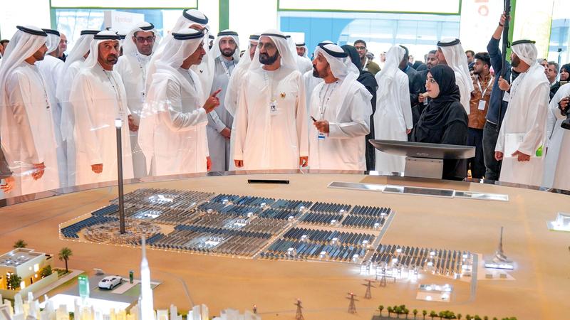 محمد بن راشد خلال زيارته جناح هيئة كهرباء ومياه دبي «ديوا» وام