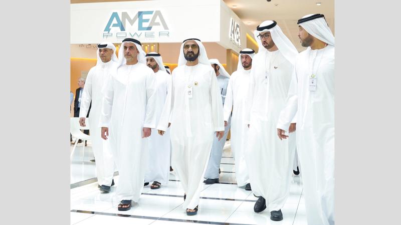 محمد بن راشد خلال جولته في معرض القمة العالمية لطاقة المستقبل. وام