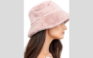 الصورة: «قبعة الدلو» على رأس الموضة النسائية