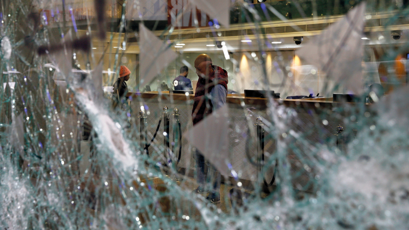 البنوك تعرضت لأضرار كبيرة خلال الاحتجاجات. أ.ب