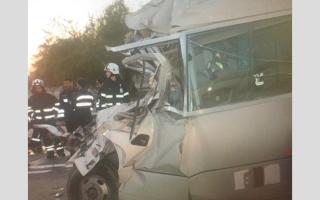 الصورة: وفاة 6 أشخاص   وإصابة 19 في تصادم حافلة وشاحنة