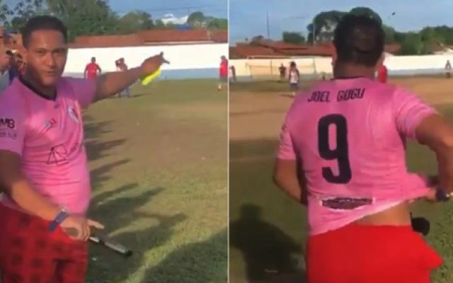 الصورة: بالفيديو.. حكم يدير مباراة كرة قدم وفي يده مسدس