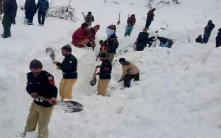 الصورة: دفنت في الجليد بباكستان 18 ساعة وخرجت حية