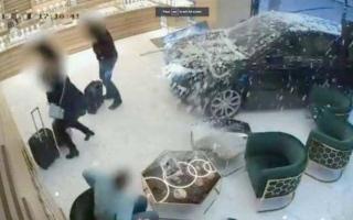 """الصورة: عصابة تقتحم محل مجوهرات بـ""""رينج روفر"""" في لندن"""