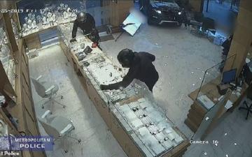 الصورة: بالفيديو.. عملية سطو فاشلة على محل مجوهرات
