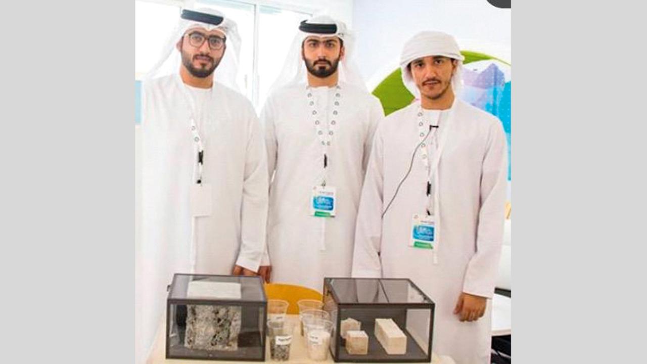«من اليمين» الهاشمي وآل علي ومصطفاوي يستعرضون ابتكارهم.  من المصدر