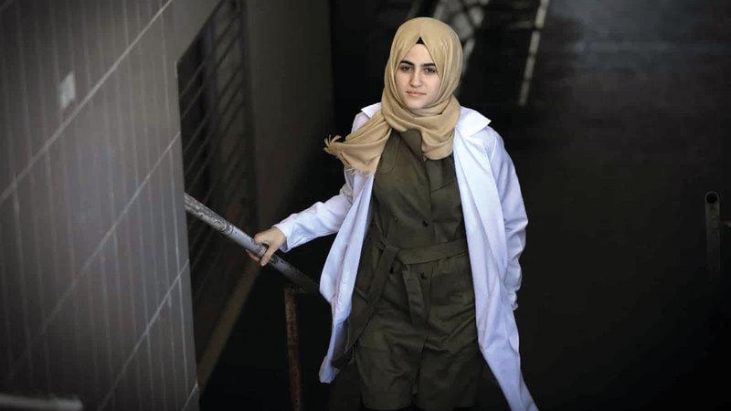 الجرّاحة سارة السقا تفكر في الهجرة مثل زملائها الآخرين. من المصدر
