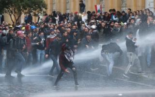 الصورة: إصابة العشرات في اشتباكات بين المتظاهرين وقوات الأمن في بيروت