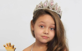 الصورة: طفلة مصرية تفوز بلقب ملكة جمال في روسيا