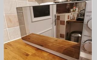 """الصورة: ربة منزل تكشف عن حيلة بسيطة وفعالة لتنظيف """"المايكرويف"""""""