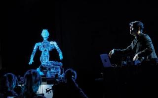 الصورة: «جمال مخيف».. روبوت مؤنسن يقود أوركسترا