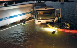 الصورة: «إنقاذ الإمارات» ينقذ سائق شاحنة حاصرته المياه يومين في العين