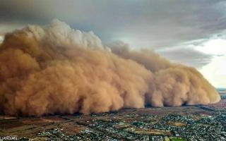 الصورة: أستراليا في مواجهة عاصفة ترابية عملاقة بعد الحرائق والأمطار