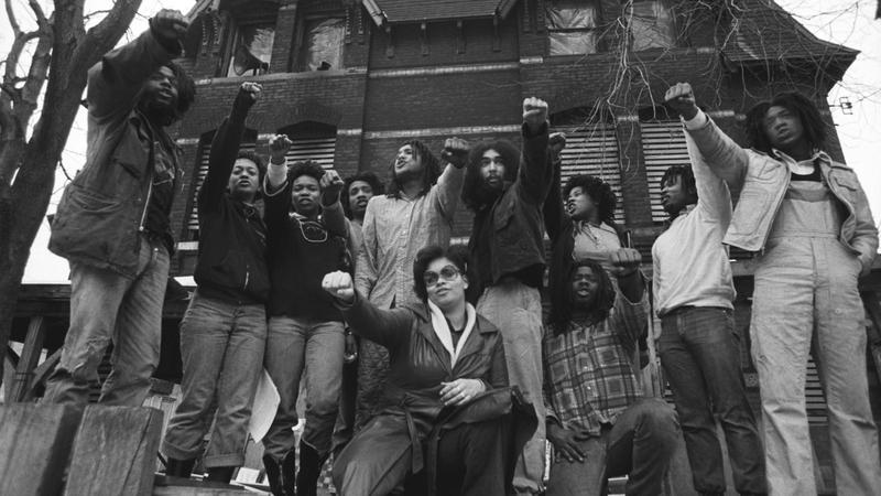 أعضاء الحركة يقفون أمام منزلهم عام 1977.  أرشيفية