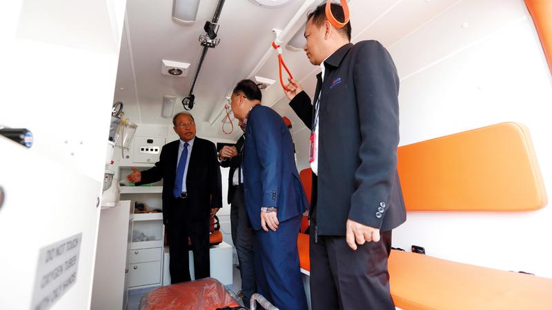 وزير الصحة الكمبودي يتفحص غرفة العزل في مطار بنوم بنه الدولي.  إي.بي.إيه