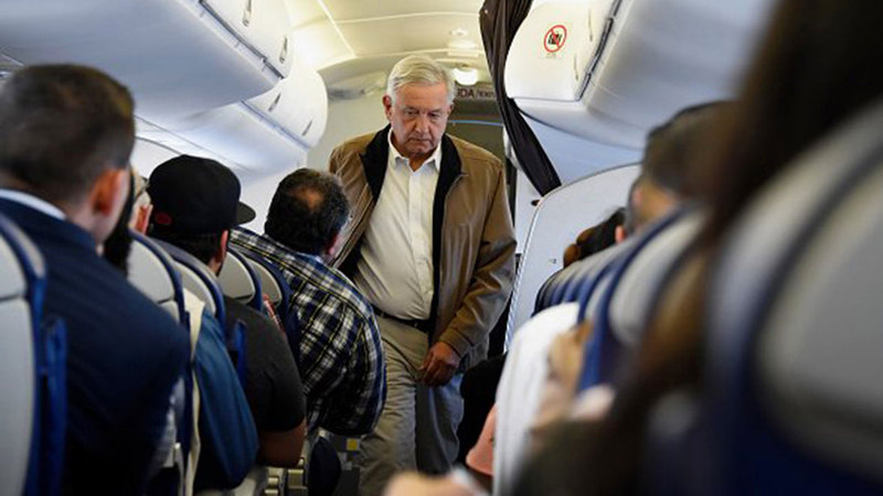 الرئيس المكسيكي يسافر على متن طائرة تجارية. ■ من المصدر