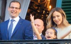الصورة: رئيس وزراء مالطا الجديد يتعرض «للسرقة» من ابنته