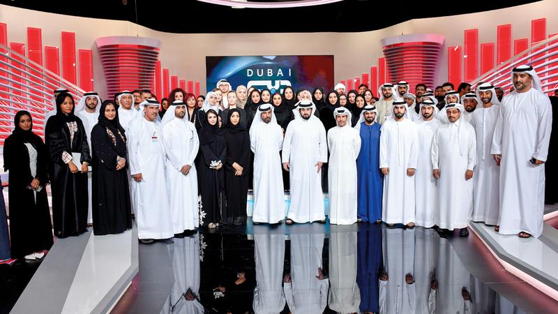 أحمد بن محمد بن راشد خلال زيارته لمؤسسة دبي للإعلام.  من المصدر