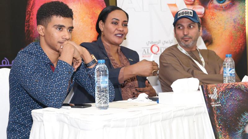 أبطال فيلم «ستموت في العشرين» في الندوة.  الإمارات اليوم
