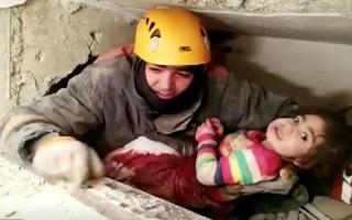 الصورة: بالفيديو: إنقاذ طفلة علقت تحت الأنقاض 28 ساعة في زلزال ضرب شرق تركيا