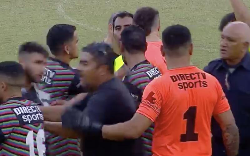 الصورة: بالفيديو.. ضربة حرة مباشرة تتحول لحرب بين فريقين
