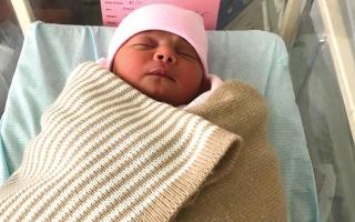 الصورة: والد «مريم» يحتاج إلى 7400 درهم لاستخراج شهادة ميلاد طفلته