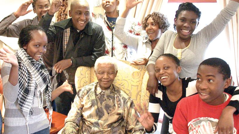 نادليكا تتحلق مع بقية أحفاد مانديلا حول الزعيم الإفريقي.  أرشيفية