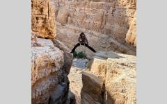 الصورة: «هزاع فزاع» مغامر إماراتي يستكشف الكهوف في رأس الخيمة