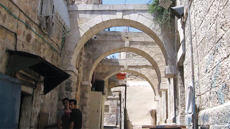 مدخل حوش النيرسات المقدسي في باب السلسلة.  من المصدر