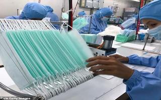 الصورة: بالصور: اختفاء الكمامات يدفع الصينيين للابتكار